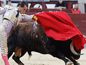 San Isidro: y en esto llegó Fandiño, nos despertó del sopor y cortó una oreja