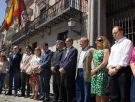 Silencio frente a los ayuntamientos por el atentado