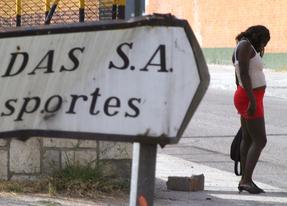 Una prostituta en un polígono de Madrid (archivo)