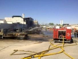 Un incendio calcina siete camiones cargados con gas butano en Vicálvaro