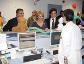 Aguirre visita a los niños del Hospital Puerta de Hierro