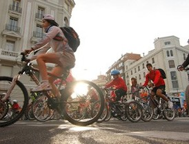 Más de 200.000 ciclistas recorren un circuito urbano de 15 kilómetros por Madrid