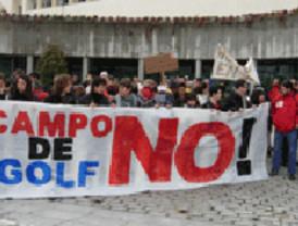 Organizaciones ecologistas y vecinales marchan contra el campo de golf de la Ryder Cup