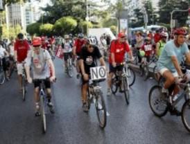 Una marcha ciclista contra los recortes en el sector público recorre Madrid