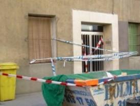 Los Bomberos desalojan un edificio en Arganzuela por riesgo de derrumbe