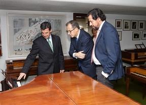 El consejero de Economía visita la sede de la empresa de pianos Hazen en Las Rozas