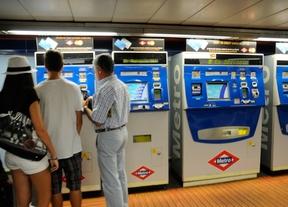 Viajeros comprando billetes de transporte público