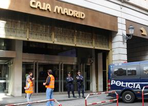 Central de Caja Madrid en plaza del Celenque vigilada por policías