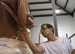 El escultor Salvador Amaya perfila la escultura de Blas de Lezo.