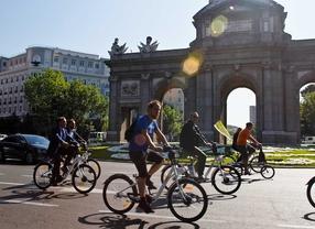 Primeros usuarios de las bicicletas de alquiler del sistema puesto en marcha por el ayuntamiento de Madrid llamado Bicimad.