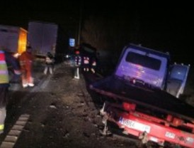 Tres heridos al arrollar un camión dos grúas que estaban retirando un coche accidentado