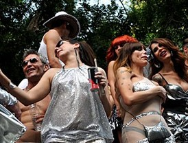 Miles de personas marchan en el desfile del Orgullo Gay