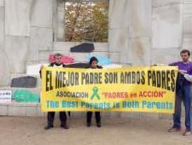 Padres separados y antiabortistas protestan ante el monumento a la Constitución