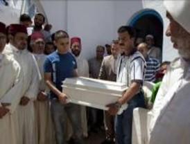 Rayán descansa junto a su madre Dalilah en el pueblo marroquí de Mdiq