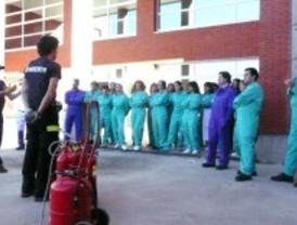 Los bomberos enseñan a los médicos a luchar contra el fuego
