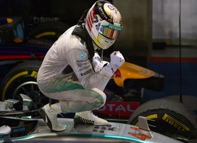 Hamilton se pasea en la