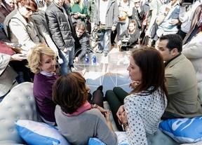 Aguirre pone un sofá en la calle para escuchar a los ciudadanos