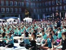 La clase de yoga más multitudinaria, en la Plaza Mayor