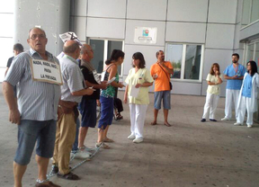 Cinco pacientes se encadenan ante el hospital