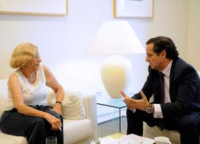 Manuela Carmena y Juan Pablo Lázaro se reúnen para tratar las propuestas empresariales al Ayuntamiento.