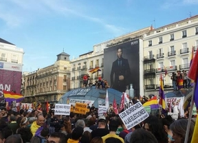 Miles de personas abarrotan la Puerta del Sol al grito de