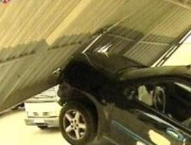 Roban dos coches en un concesionario y huyen mediante el método del alunizaje