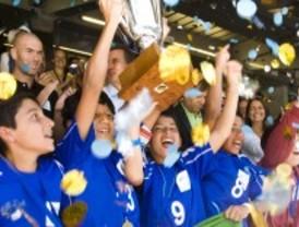Adrados asiste a la Danone Nations Cup celebrada en el estadio Santiago Bernabéu