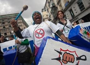 Una mujer toca el bombo en una manifestación de Marea Blanca por la Sanidad Pública en la Puerta del Sol