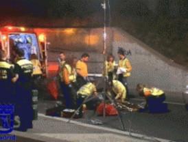 Un motorista fallece atropellado al caer de un puente