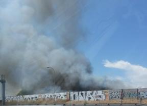 Gran incendio junto a la M-40 sin consecuencias graves