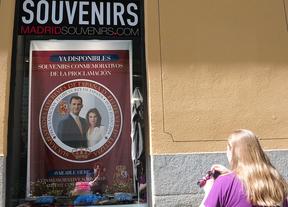 Una tienda ofrece souvenirs conmemorativos del evento.