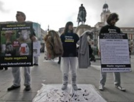 Medio centenar de activistas protesta contra el maltrato animal con ropas ensangrentadas
