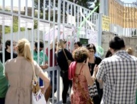 Decenas de personas se concentran en Vitruvio para apoyar a los profesores encerrados