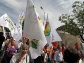 Medio millar de personas protestan ante el Constitucional contra la ley del aborto