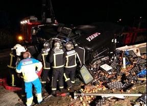 Los bomberos rescatan al camionero herido