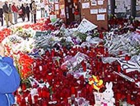 Familiares y amigos recuerdan a las víctimas en Alcalá de Henares