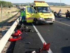 Fallecen dos jóvenes al colisionar la moto en la que circulaban con una camioneta