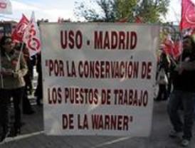 Medio centenar de trabajadores de la Warner se concentran ante la Asamblea