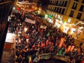 Miles de personas se manifiestan en Sol en contra de la privatización