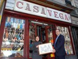 Casa Vega y la taberna de Antonio Sánchez lucen placas centenarias