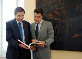 El fiscal Manuel Moiz junto al presidente de la Comunidad, Ignacio González