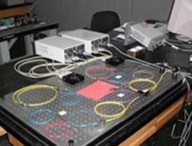 Control de la velocidad de los pulsos de luz en fibras ópticas