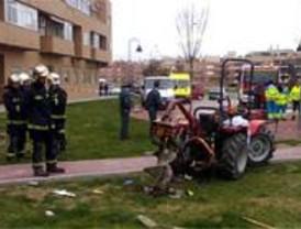 Un jardinero muere al engancharse con su tractor