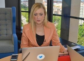 Cristina Cifuentes participa en el primer debate político por streaming en Twitter, desde Torre Europa en la sede de Twitter..