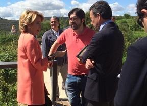 Esperanza Aguirre e Íñigo Henríquez de Luna conversan en Manzanares el Real.