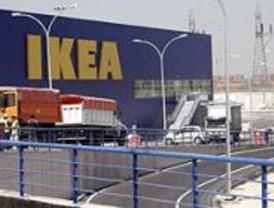 Empotran un todoterreno contra el escaparate de Ikea con la intención de robar
