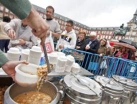 Miles de personas disfrutan del cocido solidario de Aldeas Infantiles SOS