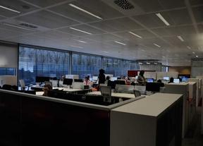 Trabajadores en una oficina/ Archivo