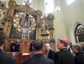 Abucheos al alcalde ante La Paloma