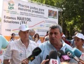 Los agricultores regalaron fruta y hortalizas para protestar por los bajos precios